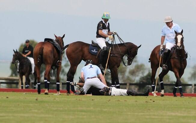 Príncipe Harry foi o primeiro a socorrer o cavaleiro que caiu do cavalo durante a partida de polo deste domingo (10), no interior de São Paulo