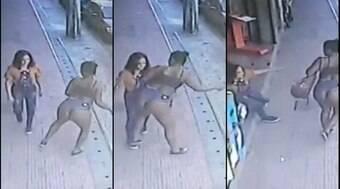 Mulher derruba desconhecida com o bumbum em rua de Manaus
