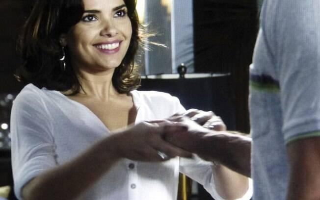 Aline puxa a mão de Bruno para perto do peito