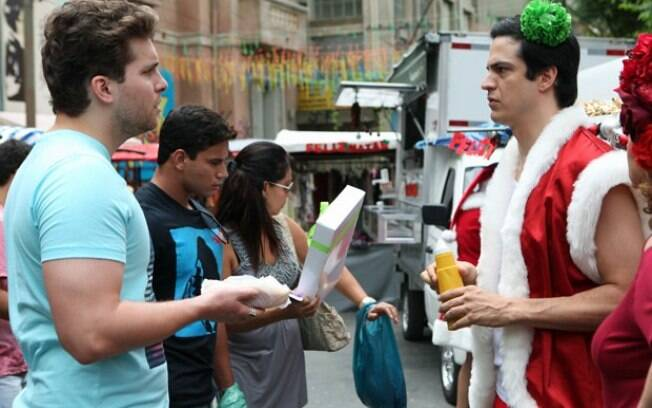 Niko flagra Félix vendendo hot dog