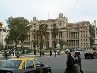 A Plaza Lavalle abriga os edifícios da Escuela Presidente Roca e do Palácio da Justiça