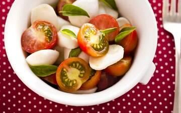 Opções com folhas, legumes, grãos, frutas, frutos do mar e até algumas variações com carnes