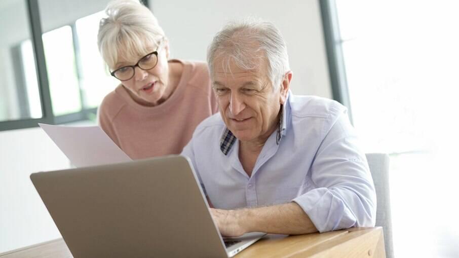 Empresas incentivam contratação de idosos em meio ao aumento de desemprego