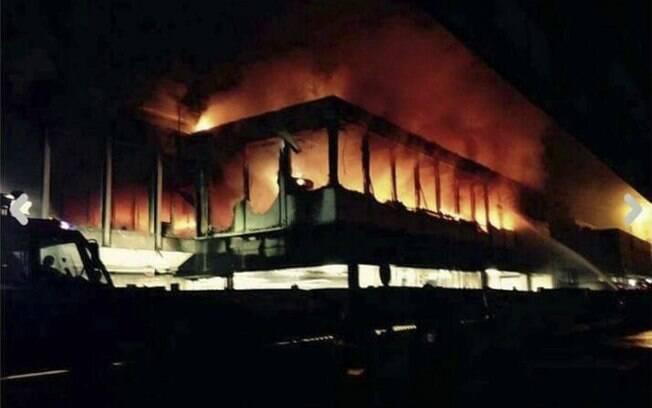 Chamas em terminal internacional do aeroporto Fiumicino de Roma depois de incêndio durar toda a noite