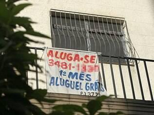 Promoção.  Faixa no bairro Silveira, na região Nordeste, anuncia um mês grátis para quem alugar