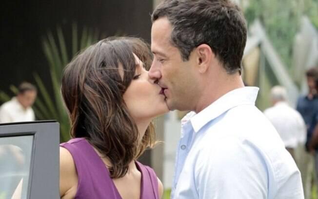 Aline beija Bruno na boca