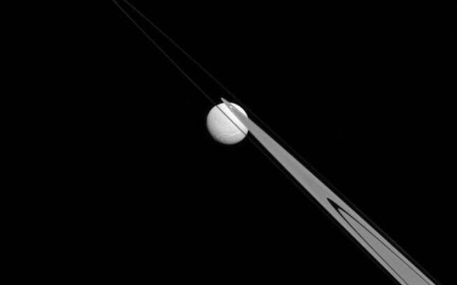Imagem mostra a inusitada região em que a lua está localizada