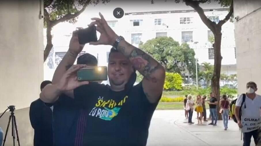 Manifestantes em frente a sede da PF