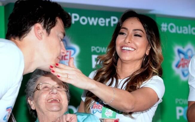 595652e9e5c40 Sabrina Sato brinca com Palmirinha e Rodrigo Faro durante o evento. Foto   AgNews
