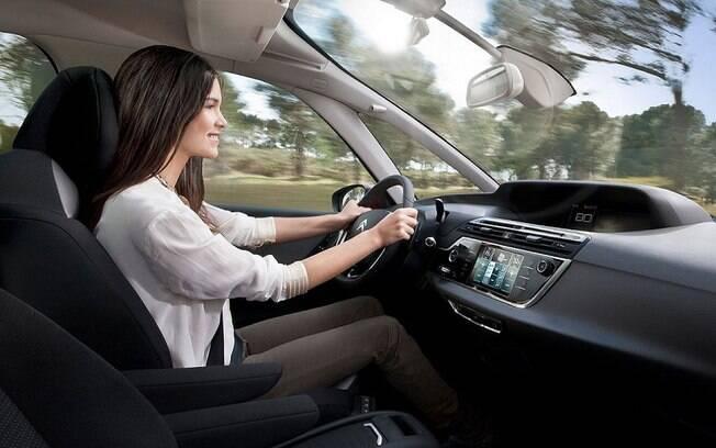 A Citroën poderia ter acertado melhor a ergonomia. O painel central tem visibilidade prejudicada, com informações demais