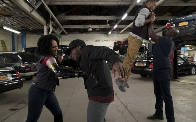 Luke Cage (Mike Colter) e Misty Knight (Simone Missick) em ação na nova temporada de Luke Cage, série da Marvel na Netflix