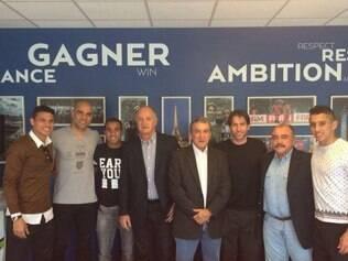 Felipão e a comissão técnica brasileira com jogadores do PSG durante visita à França