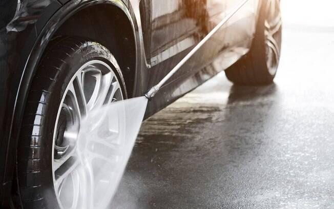 Pneu deve ser limpo apenas com água e sabão neutro e com produtos específicos para não causar danos