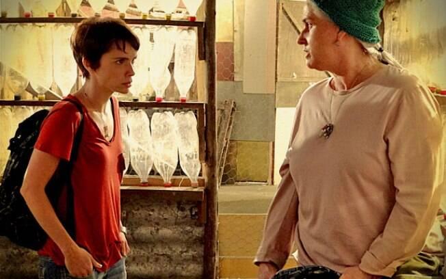 Nina (Débora Falabella) vai até o lixão buscar o dinheiro roubado com Lucinda (Vera Holtz) para calar a boca de Nilo (José de Abreu)