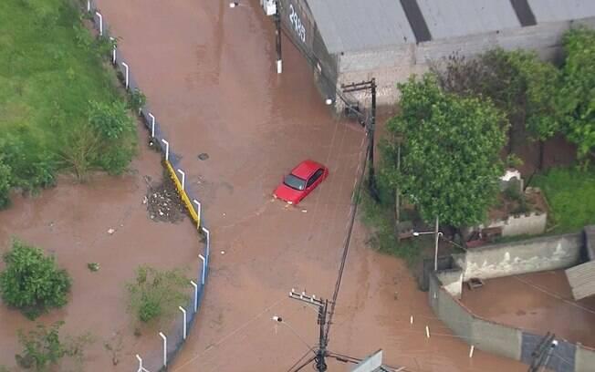 Em Cotia, um homem em carro teve que ser resgatado por moradores por conta da encete provocada pela chuva forte
