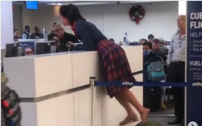 Esta mulher, que se dizia sem-teto, ficou histérica no aeroporto após ser impedida de embarcar por parecer intoxicada