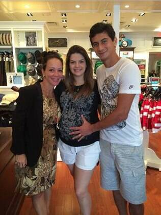 Paulo Henrique Ganso ao lado da mulher Giovanna e da consultora que os ajudou