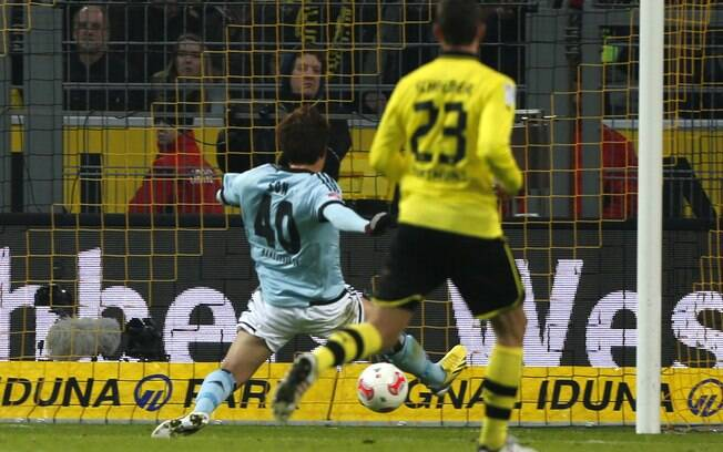 Heung Min Son se estica para marcar gol do  Hamburgo contra o Borussia Dortmund