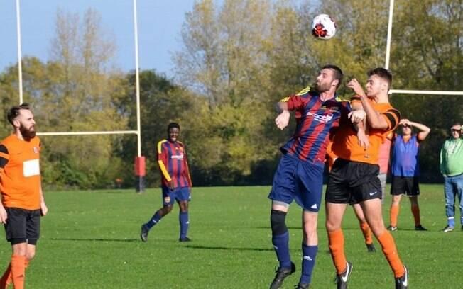 Zagueiro Bradley Stokes em ação pelo Bradley Stoke Town FC, da Inglaterra