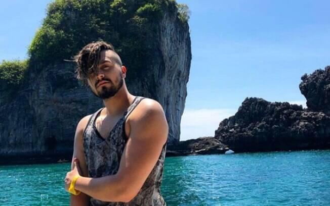 Em sua viagem para a Tailândia, o cantor Luan Santana visitou as paradisíacas ilhas Phi Phi