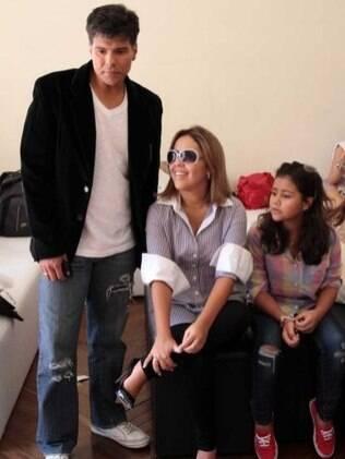 Maurício Mattar ao lado da esposa, Keiry Costa, e da enteada, Nahuana