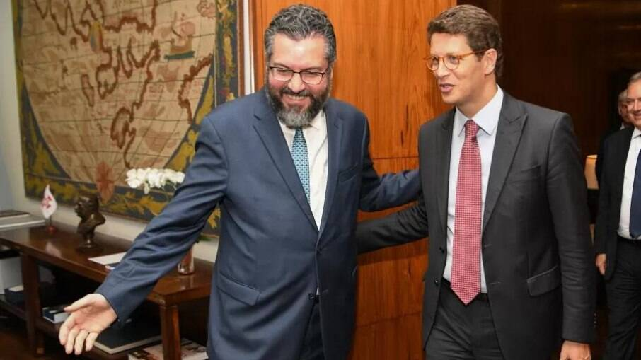 Ernesto Araújo, ex-ministro das Relações Exteriores e Ricardo Salles, ministro do Meio Ambiente