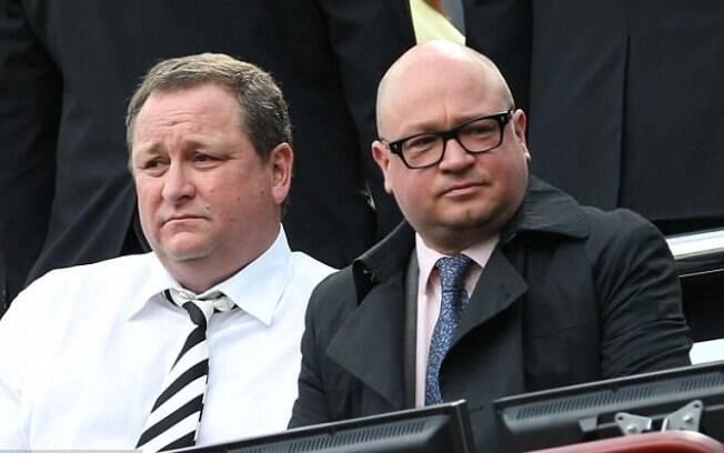 Mike Ashley, proprietário do Newcastle United, ao lado de  Lee Charnley, um dos dirigentes presos