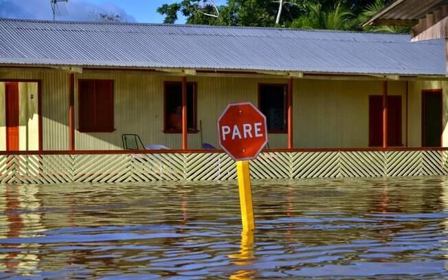 Placa em rua de Tarauacá, cidade de 37 mil habitantes, a 400 quilômetros de Rio Branco. Foto: Asscom Prefeitura de Tarauacá