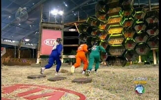 Valesca, Monique e Anna correm em direção à colmeia gigante para tentar se livrar da berlinda