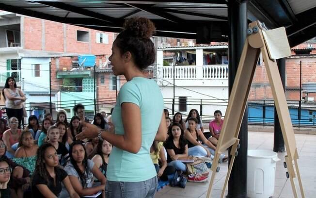 Alunas aprendem não só o idioma, como também a história de mulheres importantes para a história