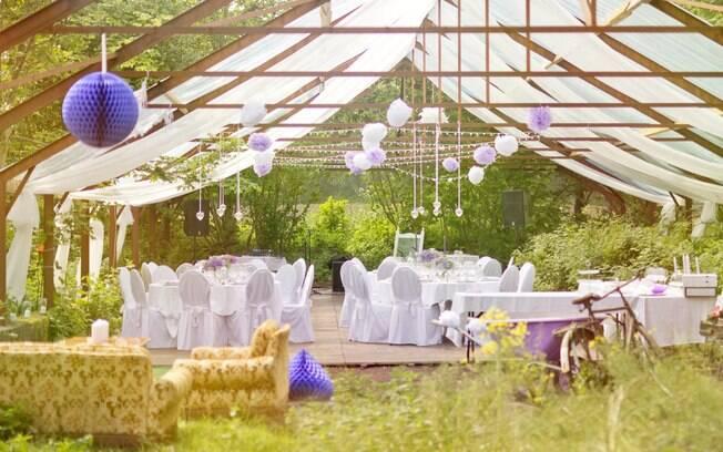 Noivos sonham com uma casamento ao ar livre, e tudo parecia ótimo até esse detalhe da comida