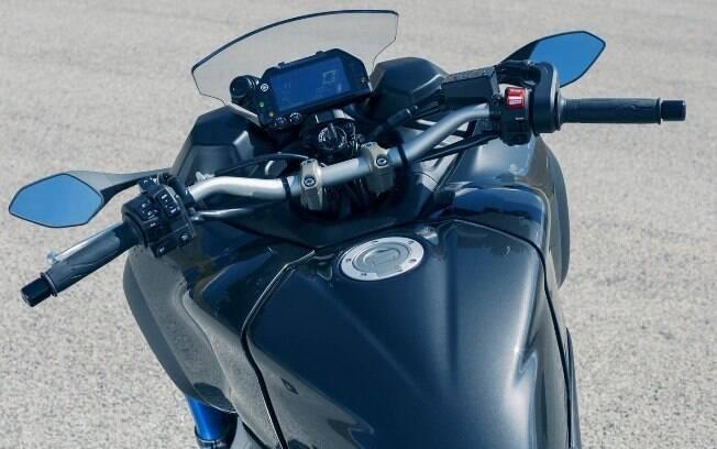 A moto não é diferente de uma Naked esportiva convencional, com sua empunhadura esportiva e painel digital