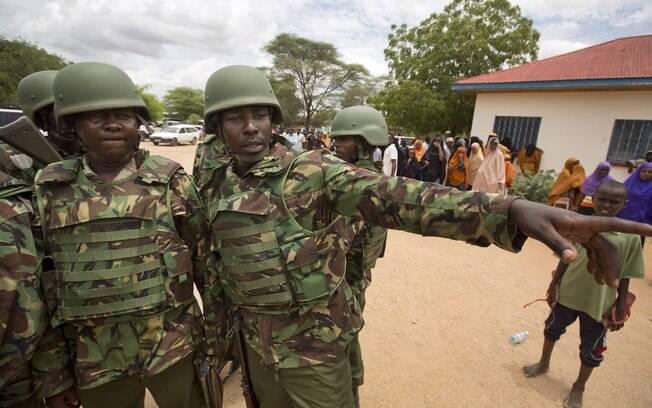 Soldados das Forças de Defesa do Quênia (KDF) chegam a hospital para escoltar os corpos das  vítimas de ataque terrorista em Garissa (4/04)