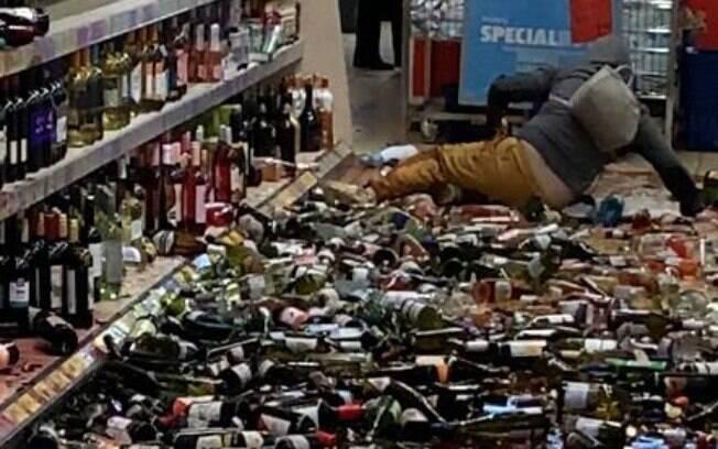 Mulher quebrou mais de 500 garrafas de bebidas em um mercado