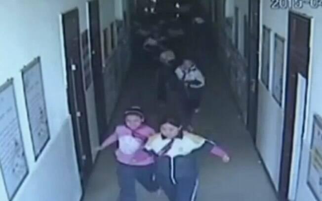 Crianças correm em desespero de salas de aula durante tremor na região da Mongólia Interior