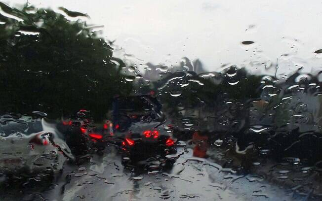 Motorista que estiver dirigindo na chuva sem acionar o limpador pode receber uma multa