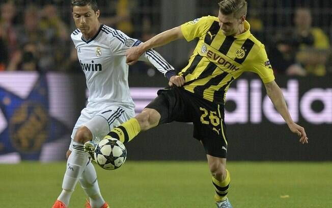 Lukasz Piszczek disputa a bola com Cristiano  Ronaldo