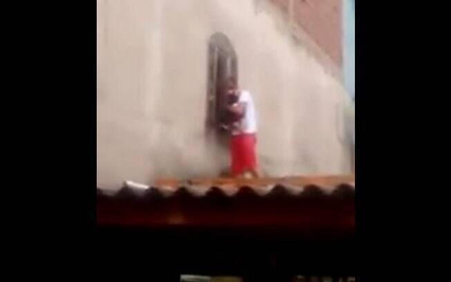 Pai subiu no telhado do vizinho e rasgou a proteção para ter acesso ao prédio da creche em São Paulo