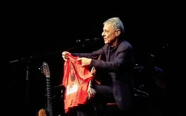 Chico Buarque defende liberdade do ex-presidente Lula e critica a Rede Globo