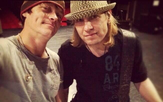 Todd Harrell, a direita, ao lado de Brad Arnold, vocalista do 3 Doors Down