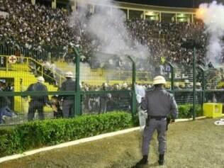 Policiais precisaram invadir o espaço da torcida corintiana para tentar acabar com a confusão, após o jogo com o River Plate, na Libertadores de 2006