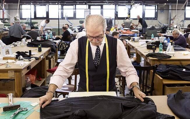 Alfaiate trabalha no paletó em uma fábrica de Arzano, nos arredores de Nápoles