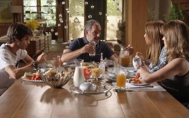Sofia dopa família em jantar, em Totalmente Demais