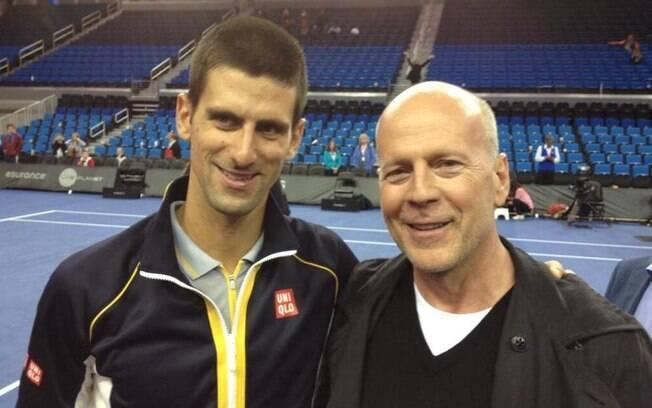 Novak Djokovic posa ao lado de Bruce Willis  antes de Indian Wells
