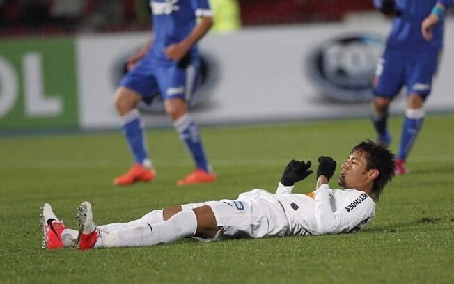 Jogador fica caído após perder pênalti na  Recopa