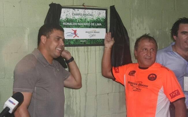 Ronaldo e Zico desvelam placa que homenageia  o ex-atacante do Corinthians