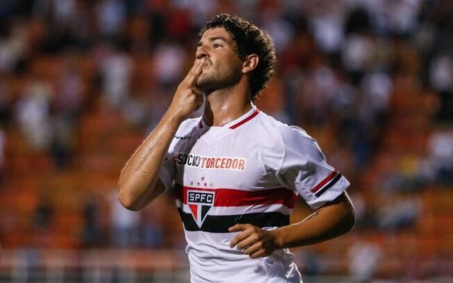 Atacante do São Paulo, Pato comemora agora mandando beijo a namorada, a atriz Fiorella Mattheis