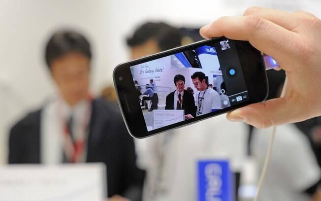 Chegada de aparelhos de ponta, como o Galaxy X, impede queda acelerada no preço dos smartphones