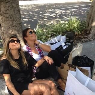 Entre sacolas, Ivete Sangalo e Sabrina Sato fazem pausa durante dia de compras