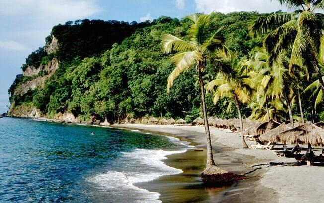 Diferente das praias de areia branquinha, a de Anse Chastanet é cinza cintilante